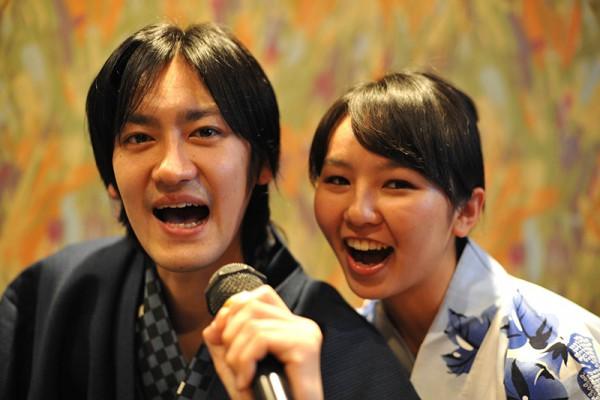 カラオケで歌う二人