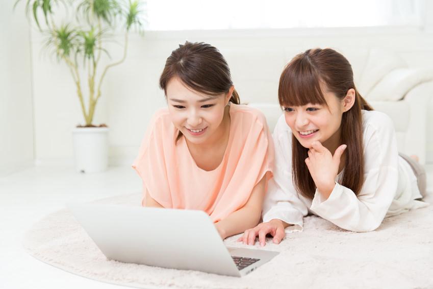 パソコンを見る女子立ち
